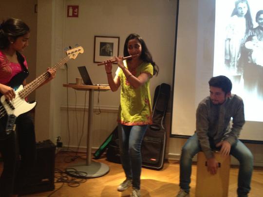Tamilsk fløytegruppe fremførte egenkomponerte melodier, Mira Thiruchelvam på bambusfløyte, Dipha Thiruchevam på gitar og Jacob Hamre på Cajoon.